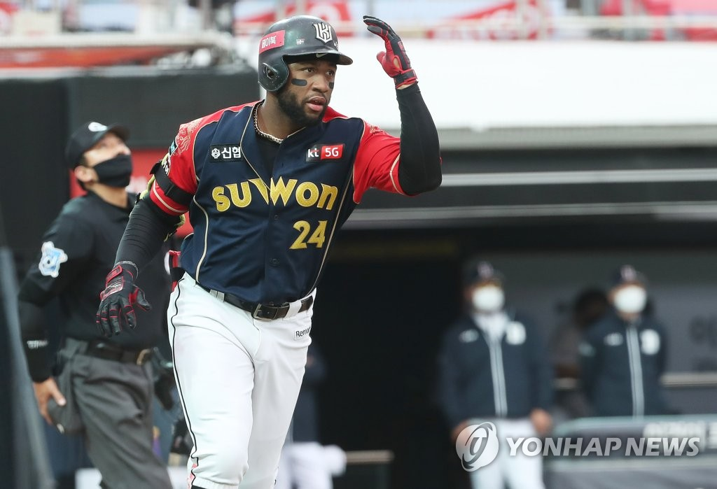 In this file photo from Oct. 11, 2020, Mel Rojas Jr. of the KT Wiz heads to first base after hitting a solo home run against the Doosan Bears in the bottom of the fifth inning of a Korea Baseball Organization regular season game at KT Wiz Park in Suwon, 45 kilometers south of Seoul. (Yonhap)