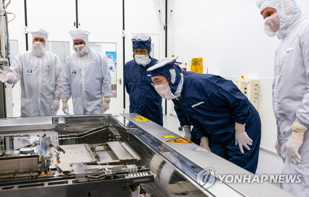 This photo provided by Samsung Electronics Co. on Oct. 14, 2020, shows Samsung Electronics Vice Chairman Lee Jae-yong (2nd from R) inspecting ASML's EUV equipment for semiconductor manufacturing at ASML's plant in Eindhoven, the Netherlands, on Oct. 13, 2020. (PHOTO NOT FOR SALE) (Yonhap)