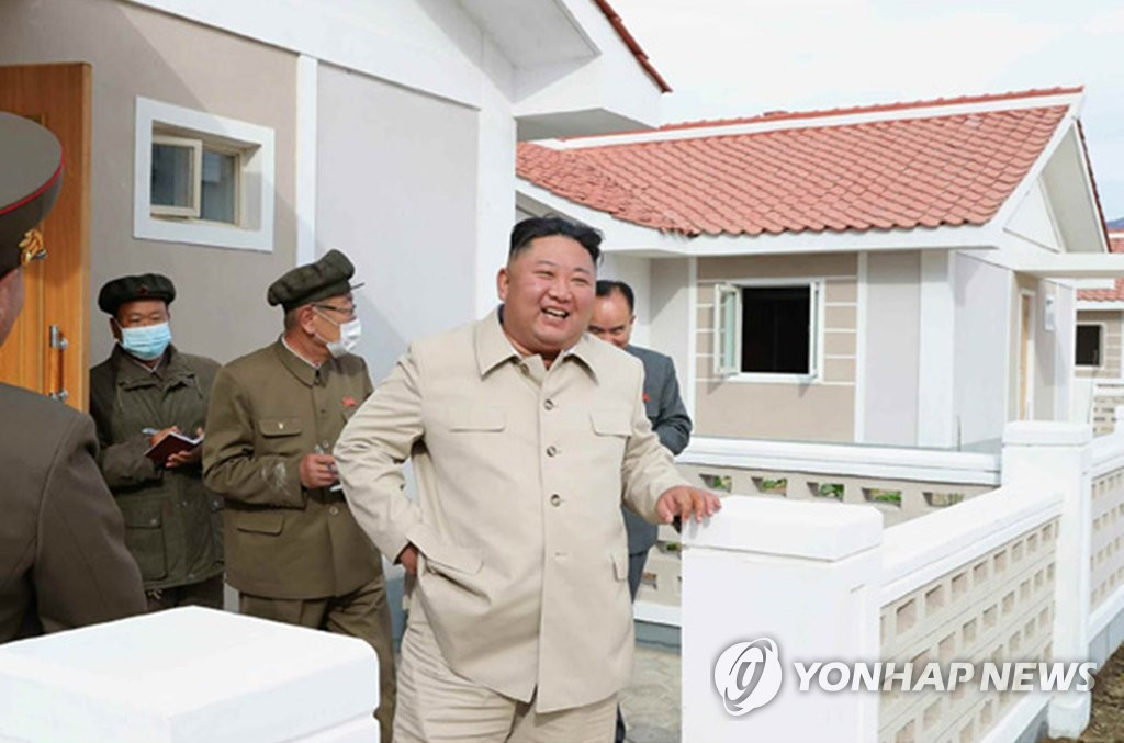 North Korean leader Kim Jong-un (R) smiles as he talks to officials during a visit to a reconstruction site in South Hamgyong Province to inspect recovery work from recent back-to-back typhoons, in this photo disclosed by the Rodong Sinmun, the official newspaper of the country, on Oct. 15, 2020. (For Use Only in the Republic of Korea. No Redistribution) (Yonhap)