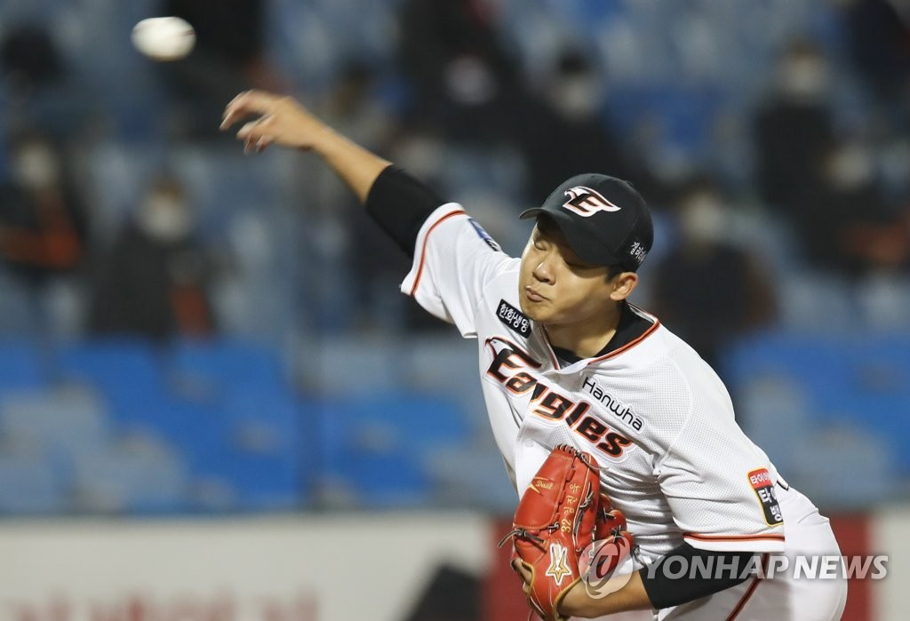 In this file photo from Oct. 29, 2020, Kim Jin-wook of the Hanwha Eagles pitches against the KT Wiz in the top of the sixth inning of a Korea Baseball Organization regular season game at Hanwha Life Eagles Park in Daejeon, 160 kilometers south of Seoul. (Yonhap)