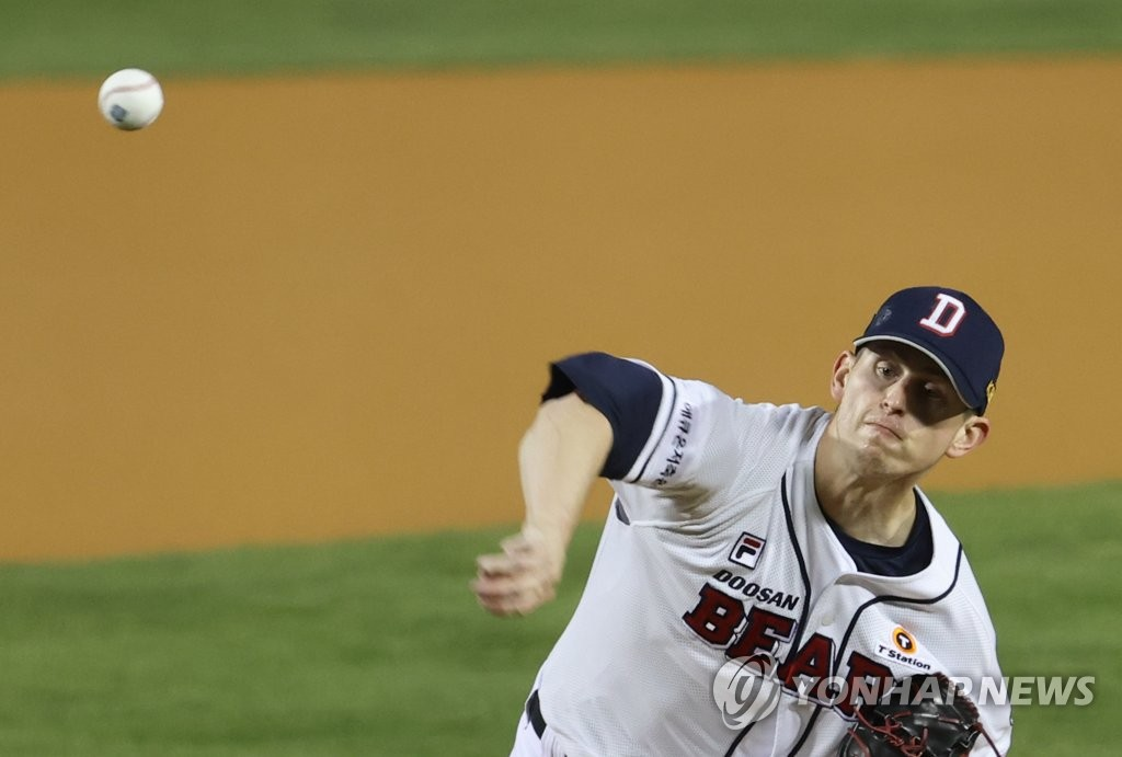 Chris Flexen of the Doosan Bears pitches against the LG Twins in Game 1 of the Korea Baseball Organization first-round playoff series at Jamsil Baseball Stadium in Seoul on Nov. 4, 2020. (Yonhap)