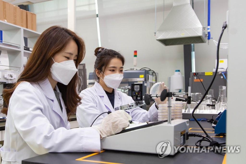This photo provided by Samsung Electronics Co. on Nov. 9, 2020, shows researchers conducting tests at the company's Eco-Life Lab, in Suwon, south of Seoul. (PHOTO NOT FOR SALE) (Yonhap)