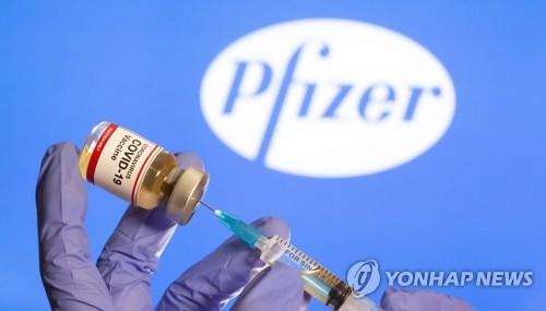 미국 제약사 화이자 로고와 코로나19 백신