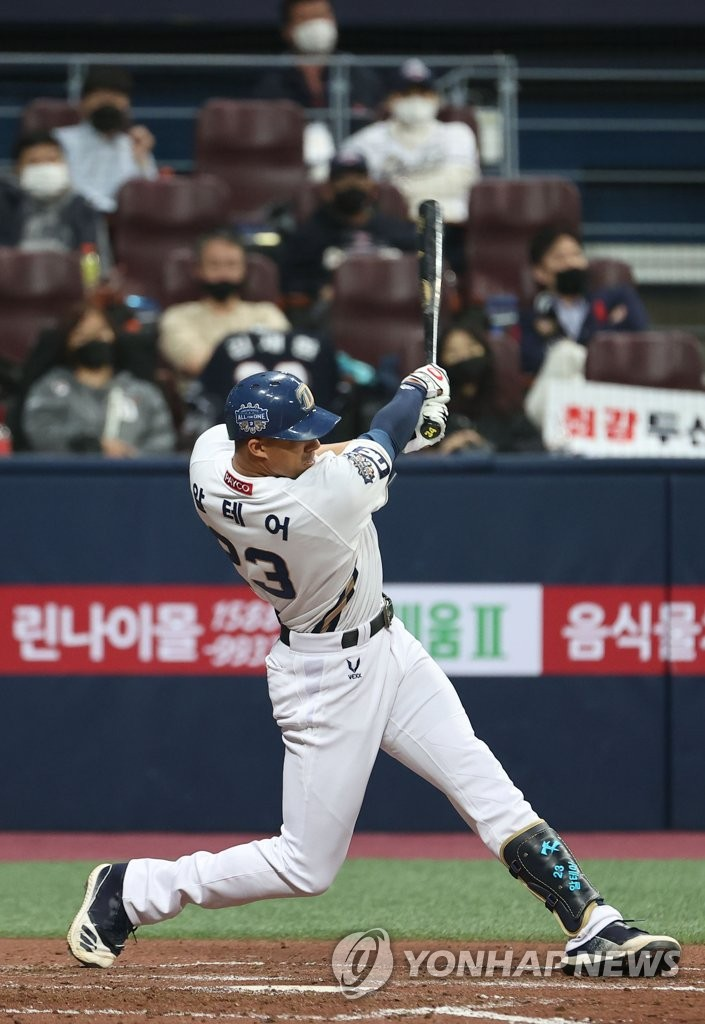 Aaron Altherr of the NC Dinos hits a three-run home run against the Doosan Bears in the bottom of the fourth inning of Game 1 of the Korean Series at Gocheok Sky Dome in Seoul on Nov. 17, 2020. (Yonhap)