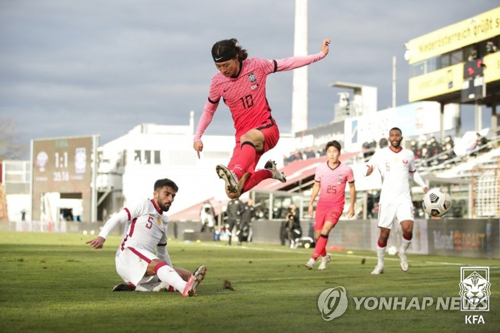 Lee Jae-sung of South Korea (C) avoids the tackle by Tarek Salman of Qatar (L) during a friendly football match at BSFZ Arena Admiral Stadium in Maria Enzersdorf, Austria, on Nov. 17, 2020, in this photo provided by the Korea Football Association. (PHOTO NOT FOR SALE) (Yonhap)