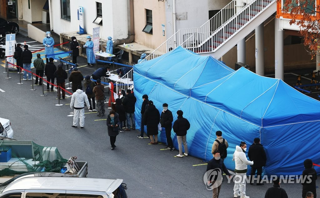 Citizens wait in line to receive COVID-19 tests at a makeshift virus testing clinic in Seoul on Nov. 27, 2020. (Yonhap)