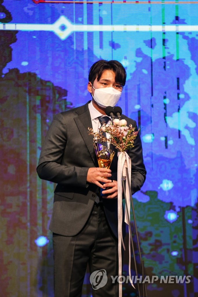 In this Nov. 30, 2020, file photo provided by the Korea Baseball Organization, Ju Kwon of the KT Wiz gives a speech after receiving the trophy as the league's holds leader during the KBO Awards ceremony in Seoul. (PHOTO NOT FOR SALE) (Yonhap)