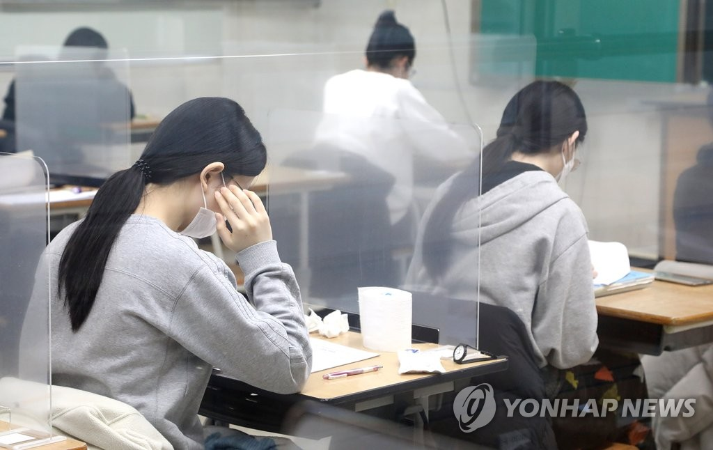 This photo, provided by the Daejeon Metropolitan Office of Education, shows students preparing to take the College Scholastic Ability Test at a high school in Daejeon, 164 kilometers south of Seoul, on Dec. 3, 2020. (PHOTO NOT FOR SALE) (Yonhap)