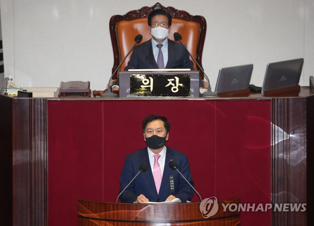 Rep. Kim Gi-hyeon (bottom) of the opposition People Power Party filibusters at the National Assembly in Seoul on Dec. 9, 2020, to prevent passage of a proposed revision to the law on the agency investigating high-profile corruption, which would undermine opposition parties' veto power in the appointment of the chief of the new body. (Yonhap)