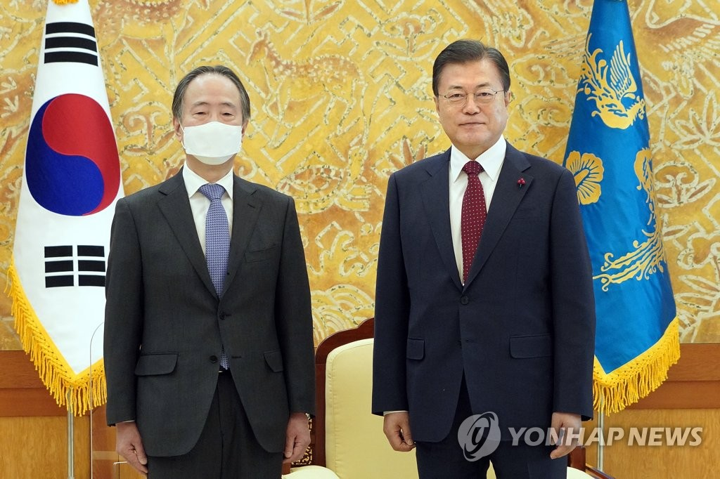 President Moon Jae-in meets the Japanese ambassador to South Korea, Koji Tomita, on Jan. 14, 2021, in this photo provided by Cheong Wa Dae. (PHOTO NOT FOR SALE) (Yonhap)