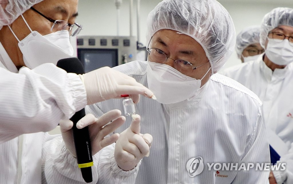 President Moon Jae-in (C) inspects the production of coronavirus vaccines at an SK Bioscience production facility in Andong, 270 kilometers southeast of Seoul, on Jan. 20, 2021. (Yonhap)