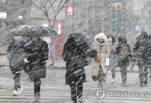 Heavy snow hits Seoul