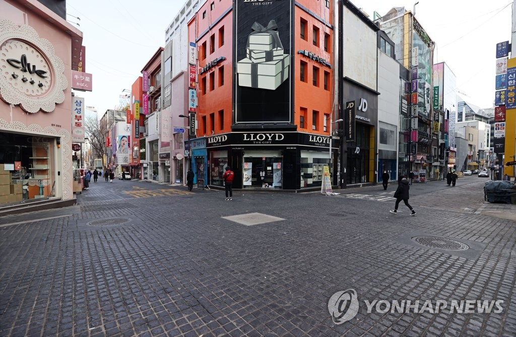 This file photo, taken Jan. 31, 2021, shows only a few people at Seoul's shopping district of Myeongdong amid the COVID-19 pandemic. (Yonhap)