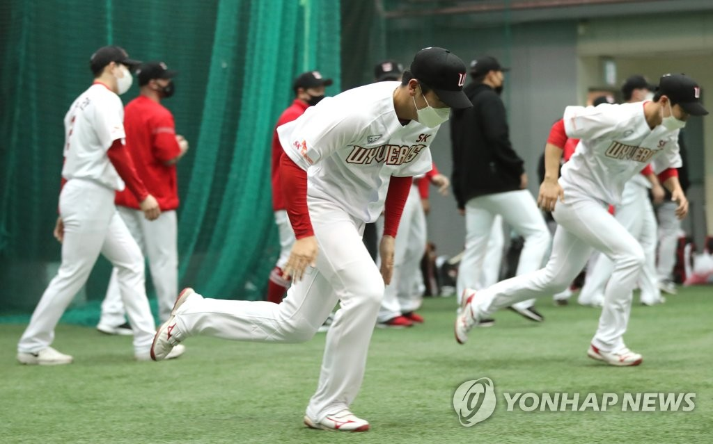 In this file photo from Feb. 1, 2021, members of the SK Wyverns train at Kang Chang-hak Stadium in Seogwipo, Jeju Island, during spring training. (Yonhap)
