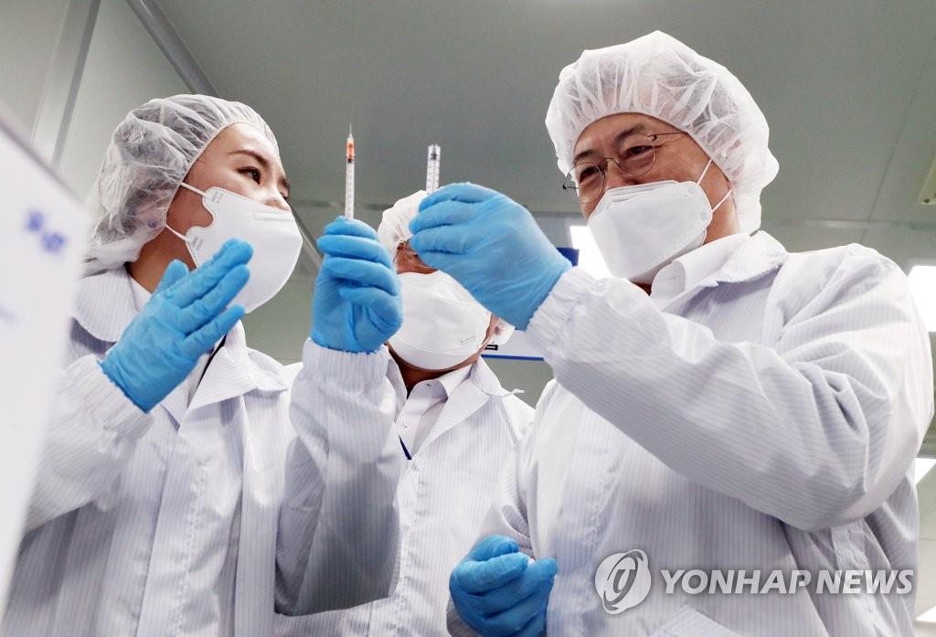 최소잔여형 백신주사기 시연하는 문재인 대통령