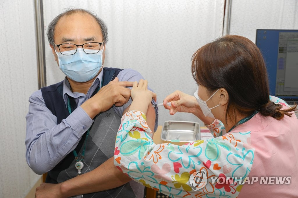 A medical worker receives a vaccination shot at Gangneung Asan Hospital in Gangneung, 168 kilometers east of Seoul, on March 5, 2021, in this photo provided by the hospital. (PHOTO NOT FOR SALE) (Yonhap)