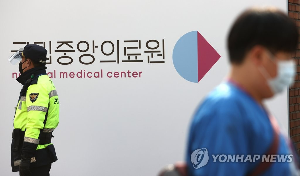 A medical worker enters the National Medical Center's COVID-19 vaccination center in central Seoul on March 8, 2021. (Yonhap)