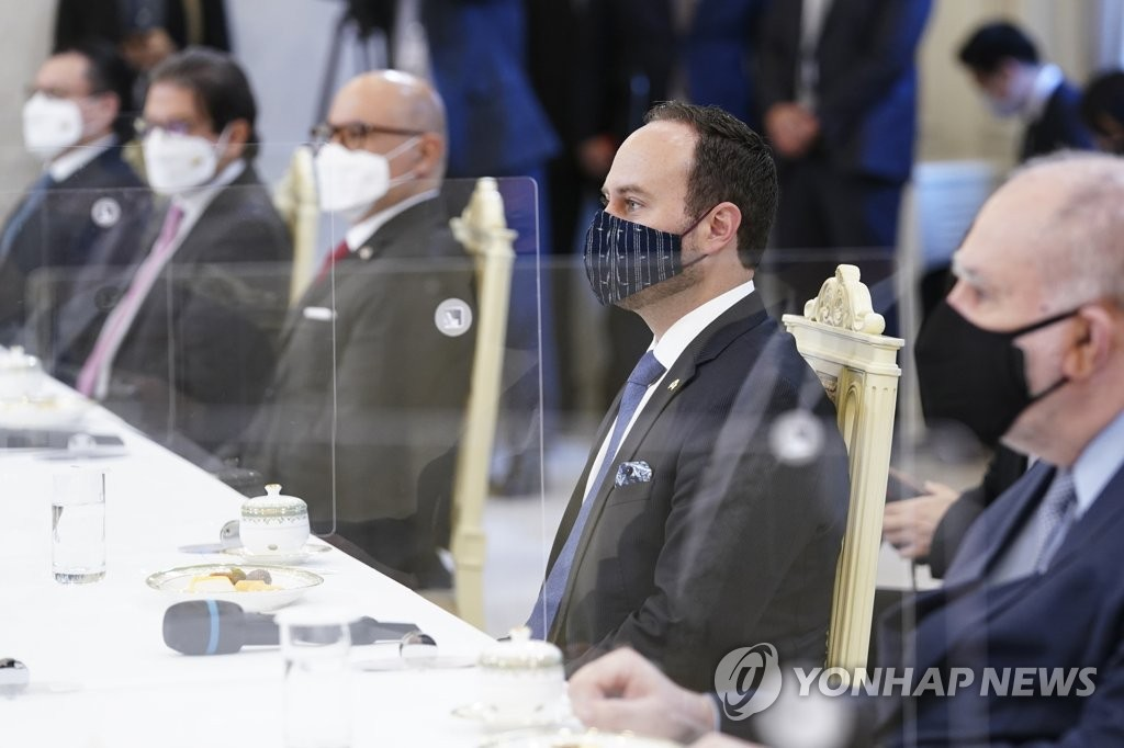 From right are Brazilian Ambassador to South Korea Luis Henrique Sobreira Lopes, Guatemalan Foreign Minister Pedro Brolo Vila, Costa Rican Foreign Minister Rodolfo Solano Quiros and Colombian Agriculture Minister Rodolfo Zea Navarro during a meeting with President Moon Jae-in at Cheong Wa Dae in Seoul on March 16, 2021. (Yonhap)