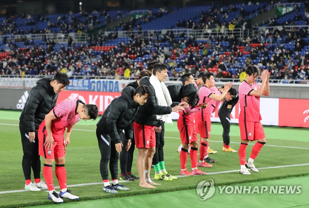 South Korean players acknowledge their supporters at Nissan Stadium in Yokohama, Japan, following a 3-0 loss to Japan in a football friendly match on March 25, 2021. (Yonhap)
