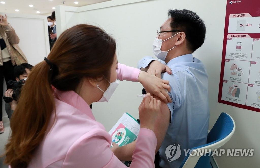 백신 접종하는 홍주의 대한한의사협회장