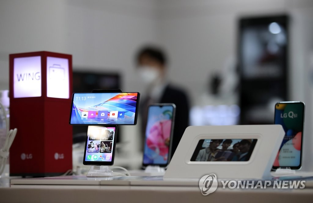 Smartphones from LG Electronics Inc. are displayed at a store in Seoul on April 5, 2021. (Yonhap)