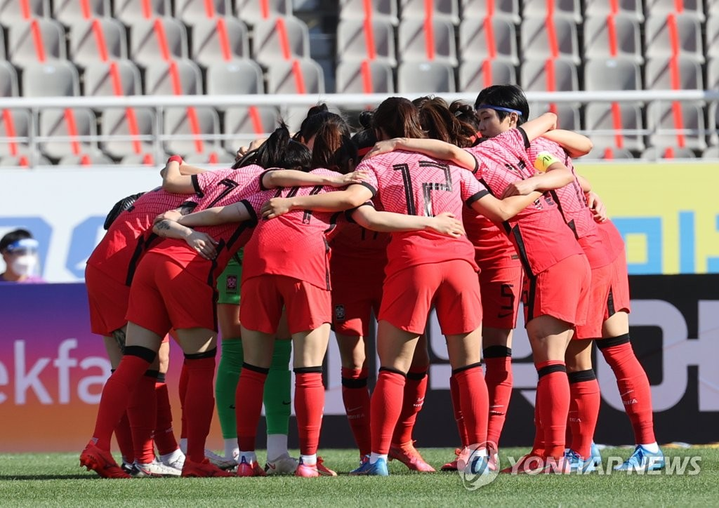 South Korea women's national football team players huddle during the first leg of the Asian Olympic women's football qualifying playoff at Goyang Stadium in Goyang, Gyeonggi Province, on April 8, 2021. (Yonhap)