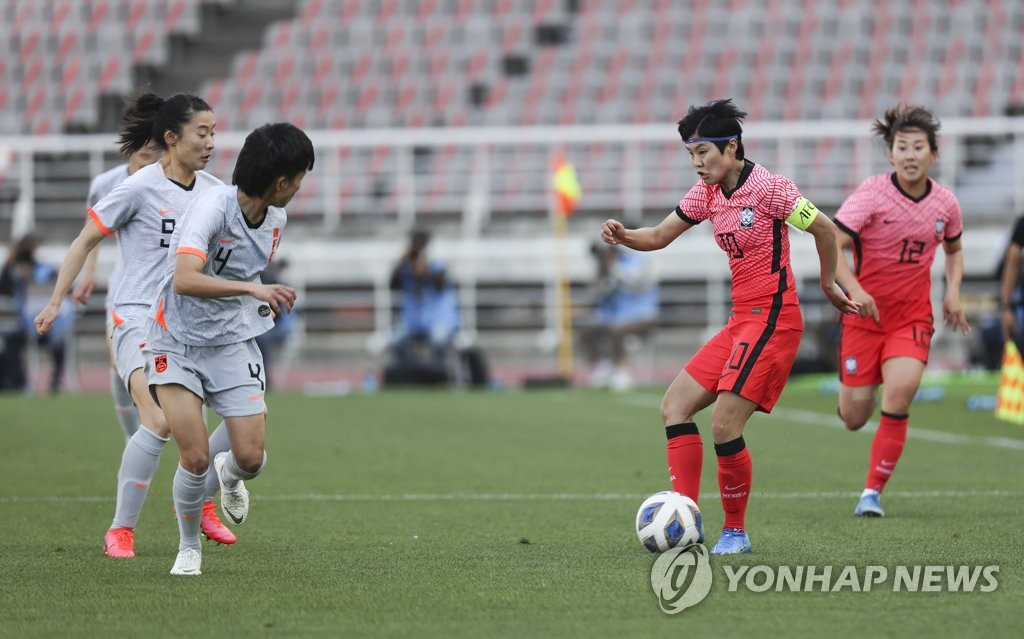 Ji So-yun of South Korea (R) controls the ball against China during the teams' Olympic women's football qualifying match at Goyang Stadium in Goyang, Gyeonggi Province, on April 8, 2021. (Yonhap)