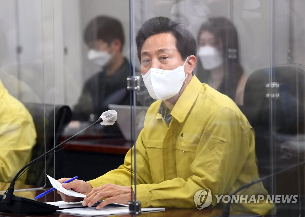 Seoul Mayor Oh Se-hoon speaks during a COVID-19 response meeting with municipal officials at City Hall on April 9, 2021. (Yonhap)