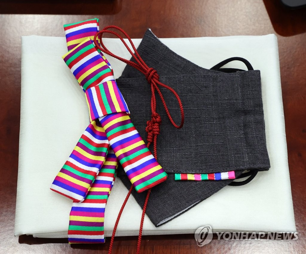 A black mask decorated with Korean traditional patterns is placed for participants in the Cabinet meeting at the Blue House in Seoul on April 13, 2021. (Yonhap)