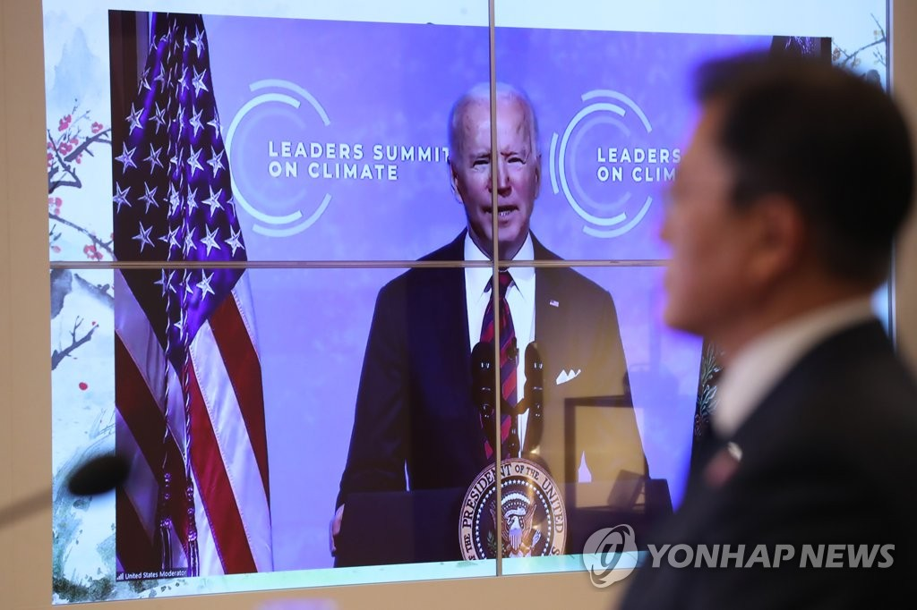 South Korean President Moon Jae-in listens to U.S. President Joe Biden's remarks during the virtual Leaders Summit on Climate on April 22, 2021. He joined the session from the Sangchunjae guesthouse inside Cheong Wa Dae in Seoul. (Yonhap)