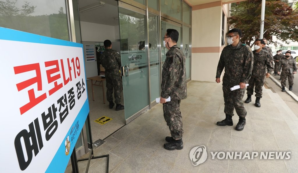 Soldiers wait in line to be vaccinated at the Armed Forces Capital Hospital in Seongnam, south of Seoul, on April 28, 2021, in this photo provided by the Kookbang Ilbo. (PHOTO NOT FOR SALE) (Yonhap)