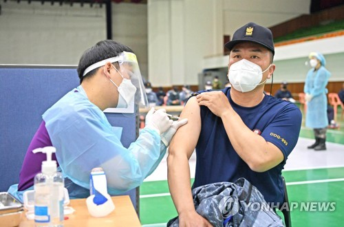 (LEAD) S. Korea faces looming COVID-19 vaccine shortage