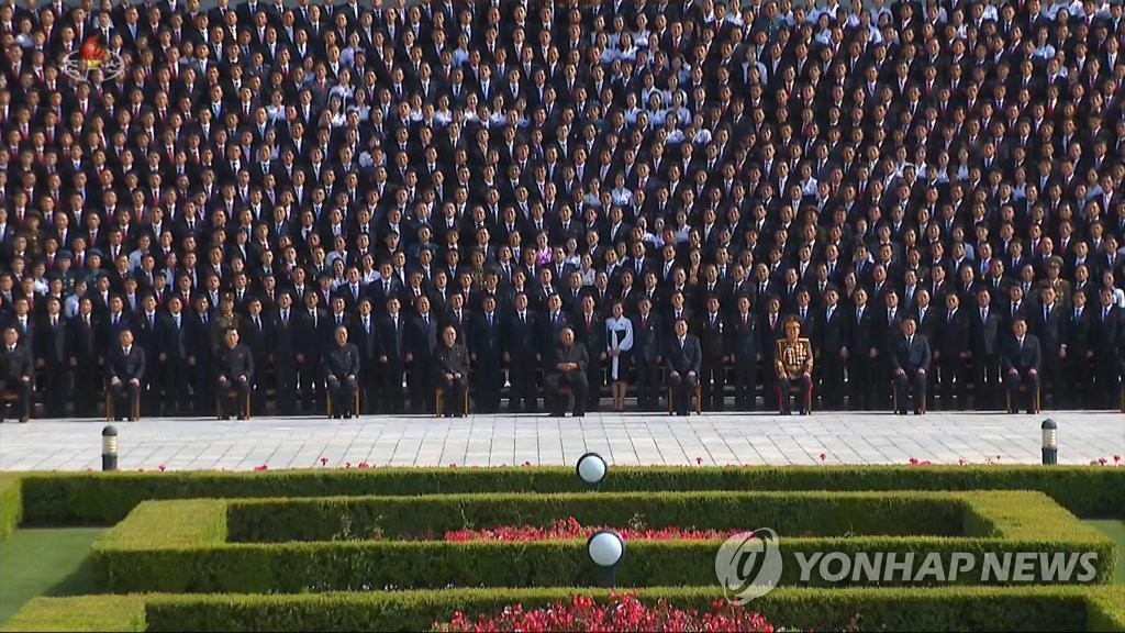N.K. leader joins photo session with youth league members