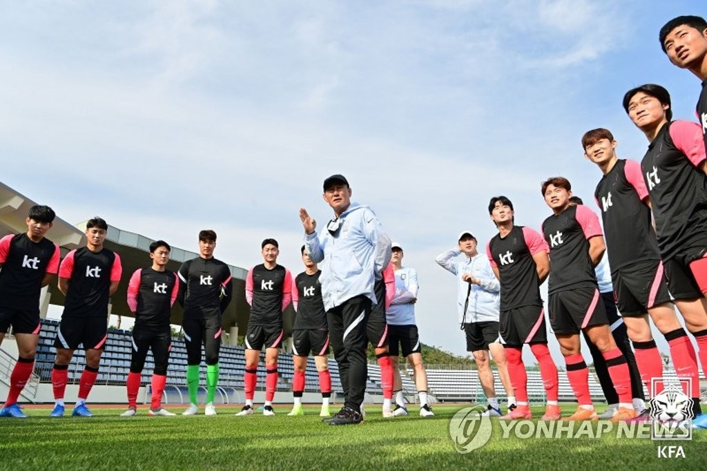 Kim Hak-bum (C), head coach of the South Korean men's Olympic football team, address his players during practice at Kang Chang-hak Stadium in Seogwipo, Jeju Island, on June 1, 2021, in this photo provided by the Korea Football Association. (PHOTO NOT FOR SALE) (Yonhap)