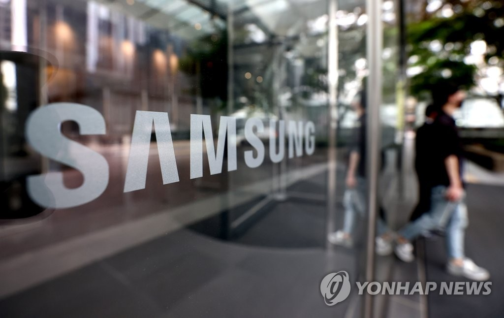 This file photo taken June 3, 2021, shows the corporate logo of Samsung Electronics Co. at its office building in Seoul. (Yonhap)