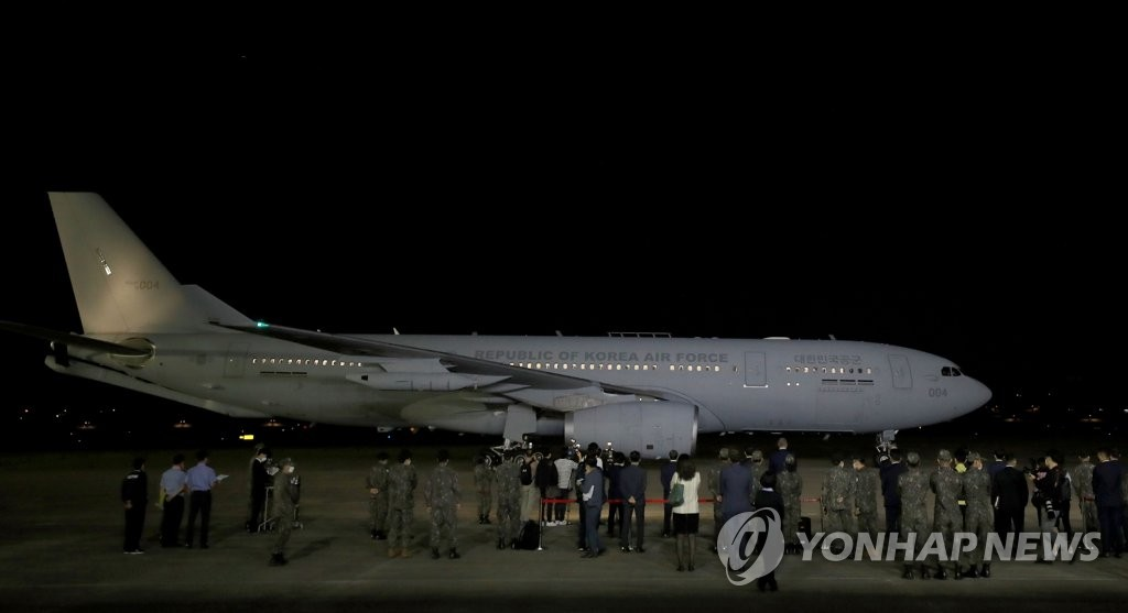 A KC-330 military aircraft carrying U.S.-provided COVID-19 vaccines arrives at Seoul Air Base in Seongnam, just south of Seoul, on June 5, 2021. (Pool photo) (Yonhap)