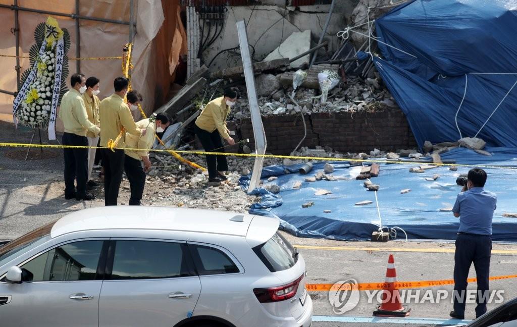 '나란히 찰칵에 의전 갑질도' 붕괴참사 현장서 정치권 말썽(종합) | 연합뉴스
