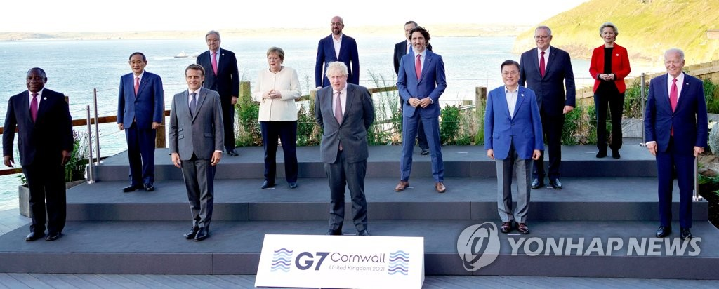 This photo, provided by the British Prime Minister's Office, shows South Korean President Moon Jae-in (2nd from R in the first row) posing with leaders attending in the Group of Seven (G-7) summit in Carbis Bay, Cornwall, Britain, on June 12, 2021. (PHOTO NOT FOR SALE) (Yonhap)