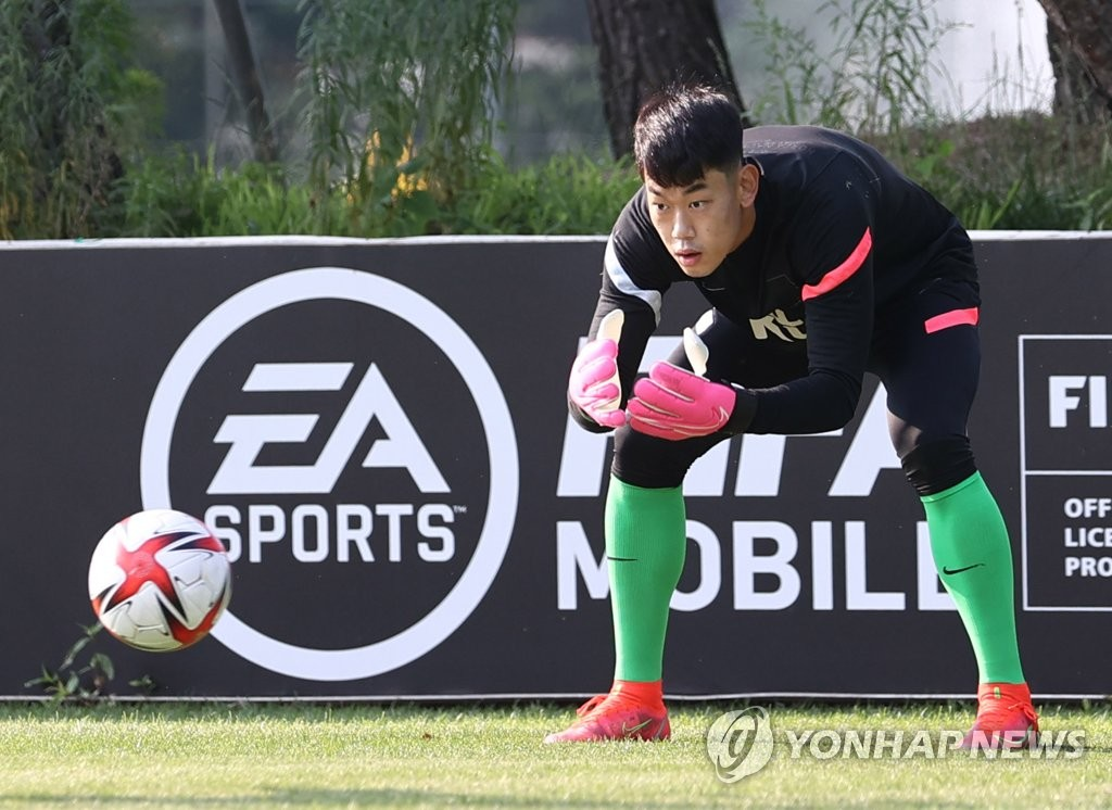 In this file photo from June 23, 2021, An Chan-gi, goalkeeper of the South Korean men's Olympic football, practices at the National Football Center in Paju, Gyeonggi Province. (Yonhap)