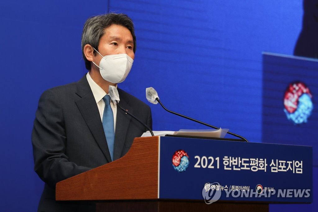 Unification Minister Lee In-young speaks at a forum co-hosted by his office and Yonhap News Agency in central Seoul on June 25, 2021 (Yonhap)