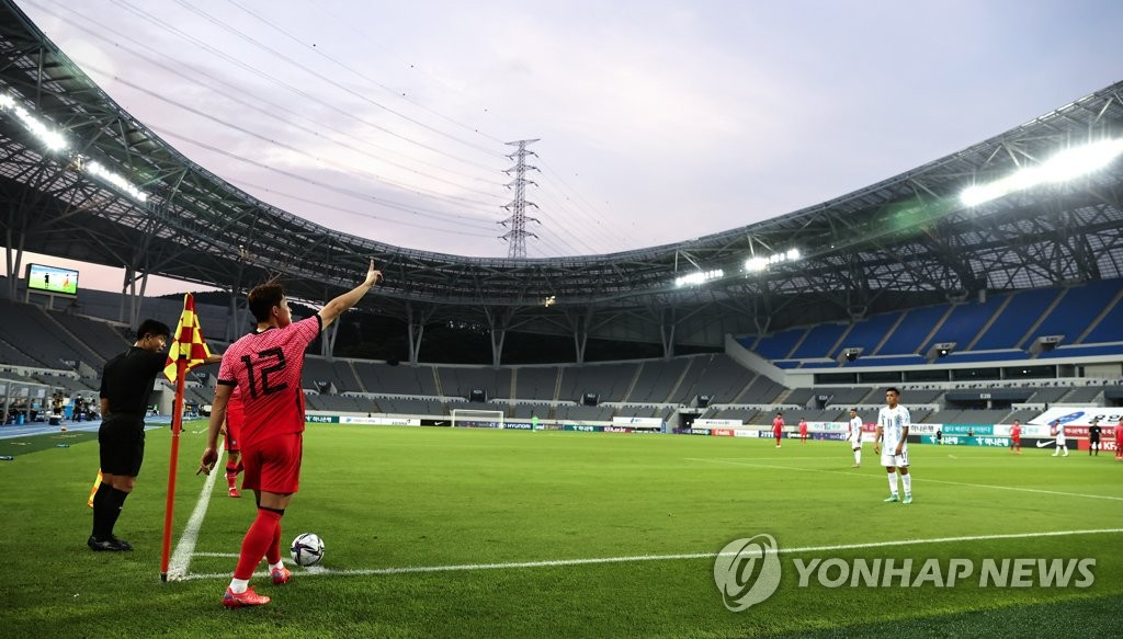 Lee Dong-gyeong of South Korea prepares to take a corner against Argentina in the teams' Olympic men's football tuneup match at Yongin Mireu Stadium in Yongin, 50 kilometers south of Seoul, on July 13, 2021. (Yonhap)