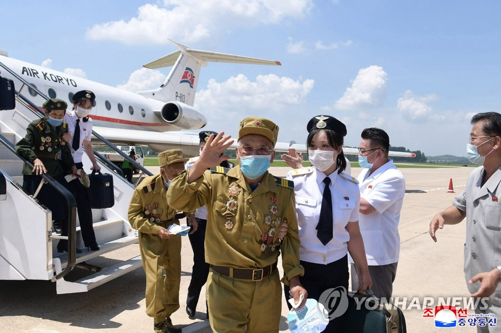 North Korea's war veterans arrive in Pyongyang on July 25, 2021, to attend a national conference to celebrate the 68th anniversary of the Korean War armistice on July 27, in this photo released by the North's official Korean Central News Agency. The North calls the 1950-53 war the Fatherland Liberation War and designated the armistice signing date as Victory Day. (For Use Only in the Republic of Korea. No Redistribution) (Yonhap)