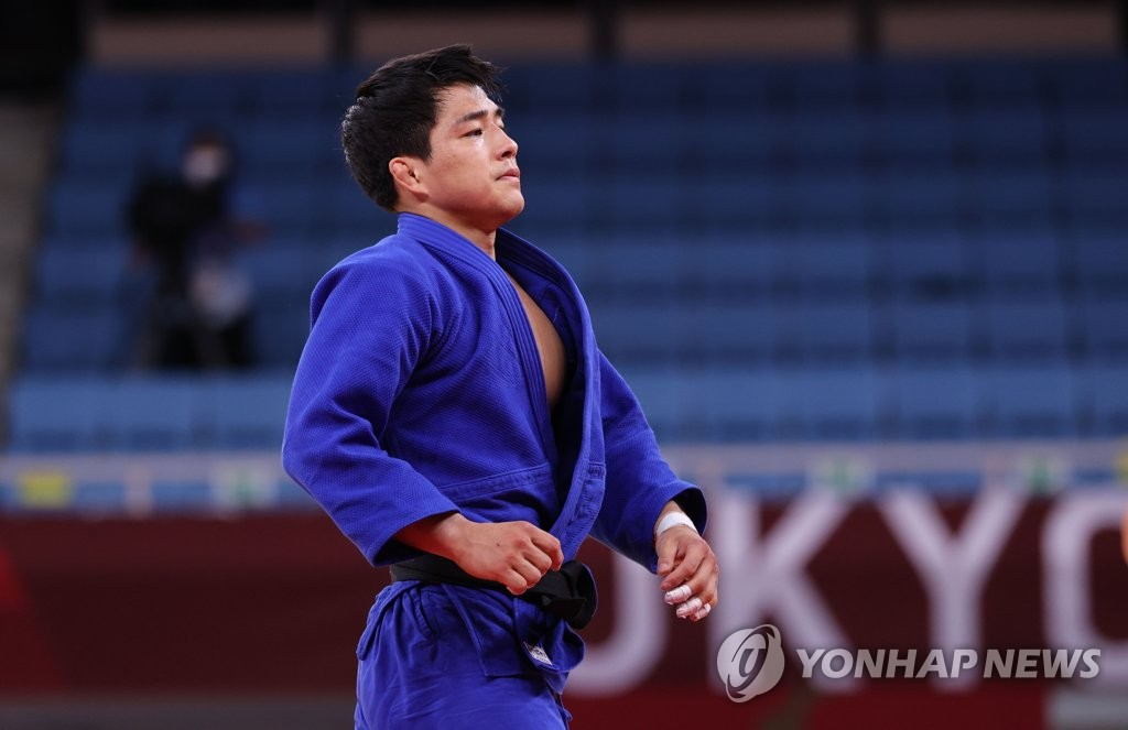 An Chang-rim of South Korea reacts to his semifinals loss to Lasha Shaavdatuashvili of Georgia in the men's 73kg judo event at the Tokyo Olympics at Nippon Budokan on July 26, 2021. (Yonhap)