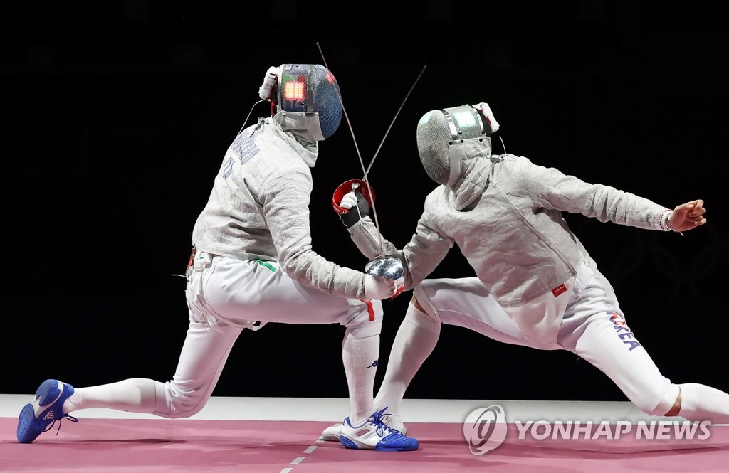 Oh Sang-uk of South Korea (R) battles Aldo Montano of Italy during the final of the men's team sabre fencing event at the Tokyo Olympics at Makuhari Messe Hall B in Chiba, Japan, on July 28, 2021. (Yonhap)