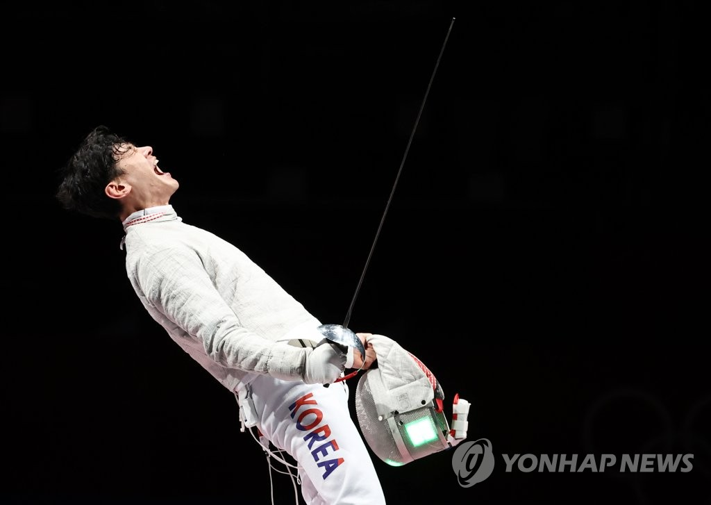 Gu Bon-gil of South Korea celebrates a point against Italy during the final of the men's team sabre fencing event at the Tokyo Olympics at Makuhari Messe Hall B in Chiba, Japan, on July 28, 2021. (Yonhap)