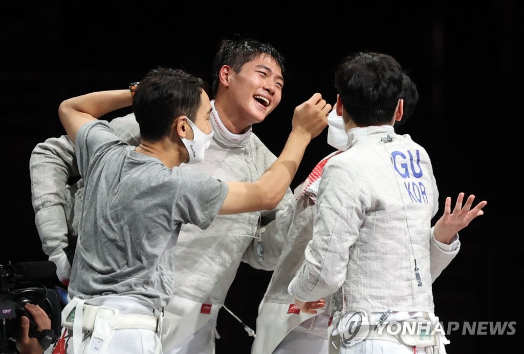 South Korean fencers Kim Jung-hwan, Oh Sang-uk, Kim Jun-ho and Gu Bon-gil (L to R) celebrate their victory over Italy in the final of the men's team sabre fencing event at the Tokyo Olympics at Makuhari Messe Hall B in Chiba, Japan, on July 28, 2021. (Yonhap)