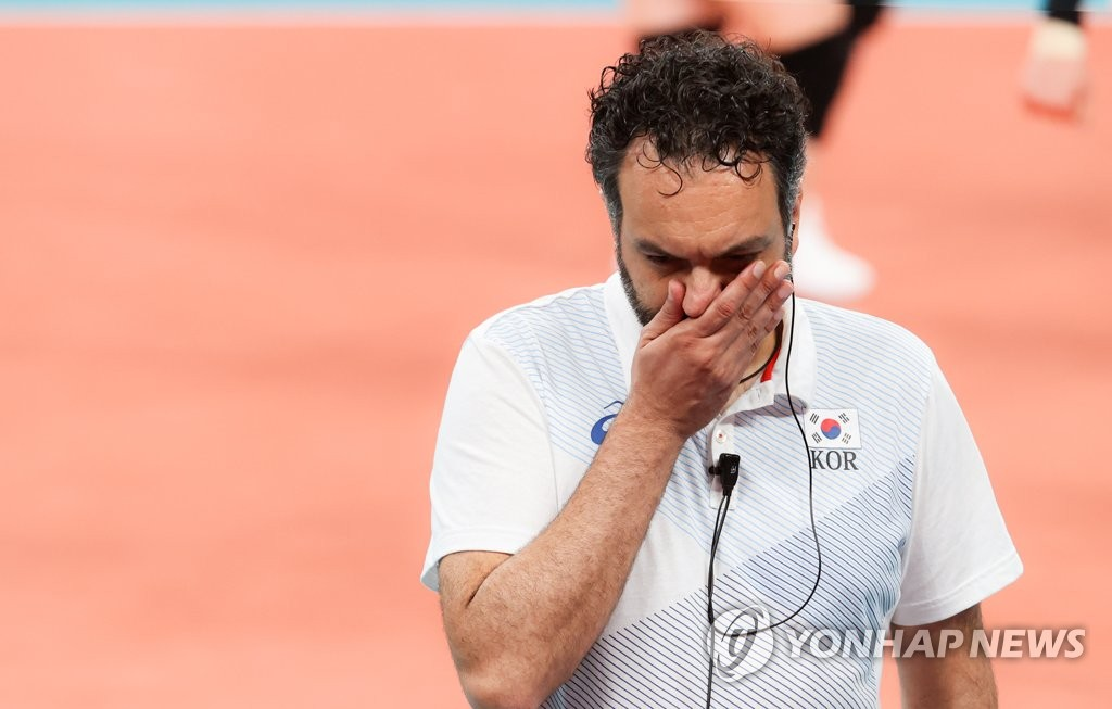 South Korea head coach Stefano Lavarini reacts to a lost point against Brazil during the semifinals of the Tokyo Olympic women's volleyball tournament at Ariake Arena in Tokyo on Aug. 6, 2021. (Yonhap)