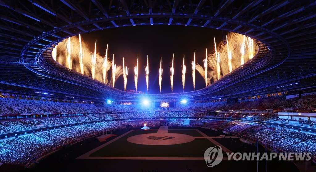 Fireworks go off at the National Stadium in Tokyo at the start of the closing ceremony for the Tokyo Olympics on Aug. 8, 2021. (Yonhap)