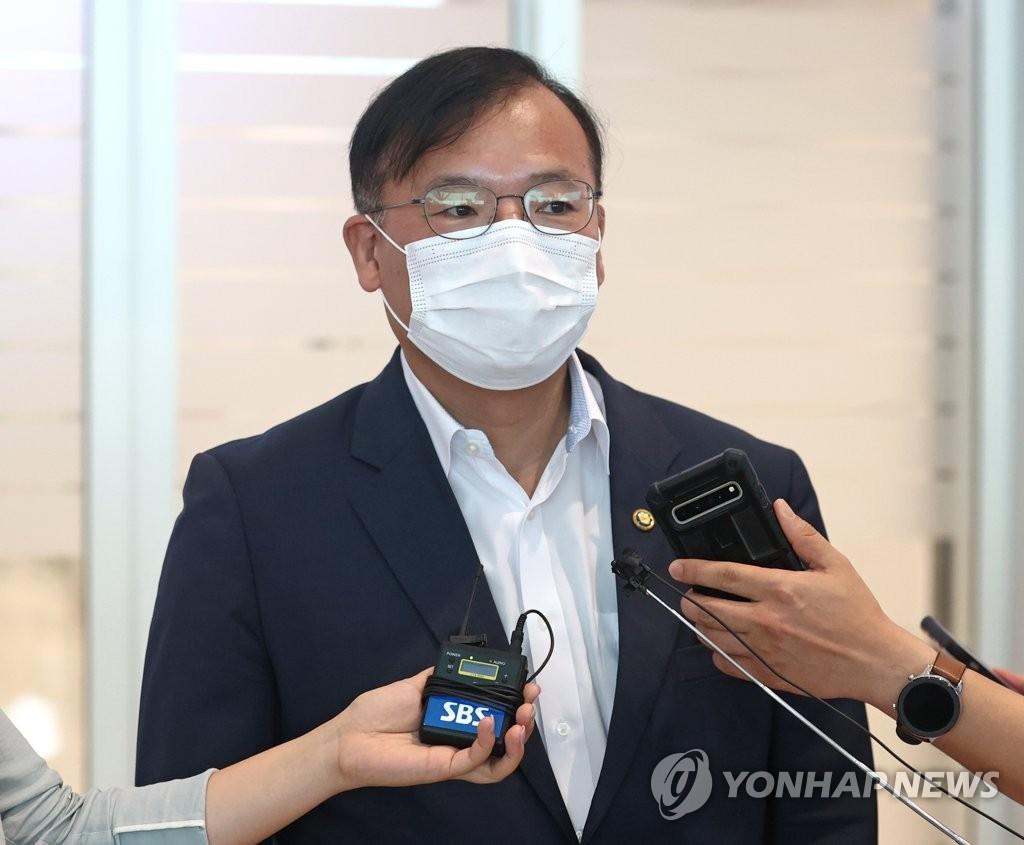 '모더나 협상' 취재진 질문 답하는 강도태 복지부 차관